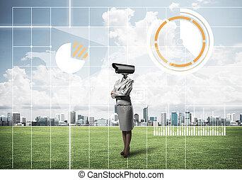 appareil photo, femme, moderne, herbe, cityscape, dirigé, contre, vert, debout