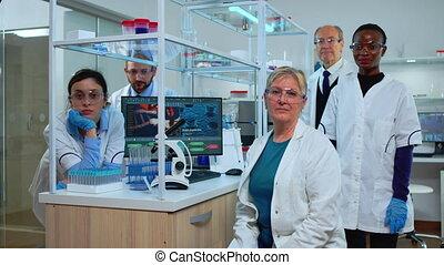 appareil photo, laboratoire, multiethnic, séance, équipe, scientifiques, regarder