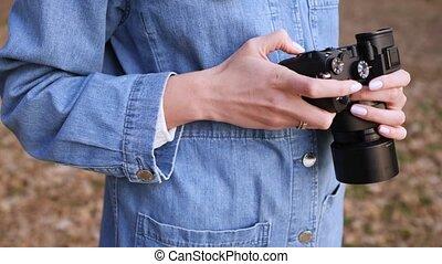 appareil photo, rue, vêtements, métrage, femme femelle, noir, mains, chooses, jean, regarde, close-up., mirrorless