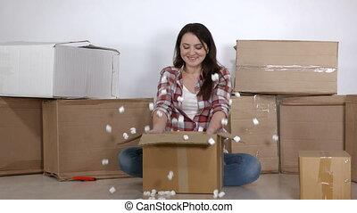 appartement, boîtes, femme, en mouvement, nouveau, déballe, carton, heureux