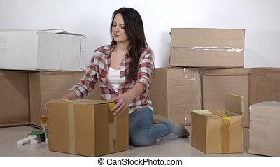 appartement, plancher, boîtes, femme, en mouvement, nouveau, déballe, carton