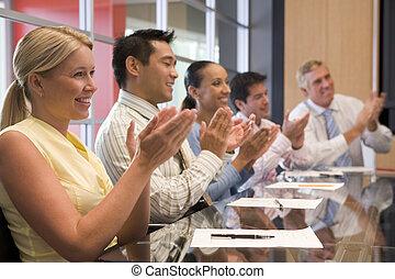 applaudir, businesspeople, cinq, salle réunion, table, sourire