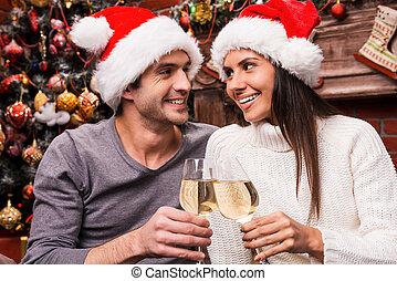 applaudissement, couple, arbre, heureux, vin, jeune, liaison, cheers!, fond, santa, noël, autre, aimer, chapeaux, chaque