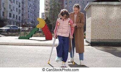 apprendre, maman, aides, plâtre, feet., promenade, fille, ton, crutches.
