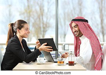 arabe, homme affaires, sien, collègue, fonctionnement