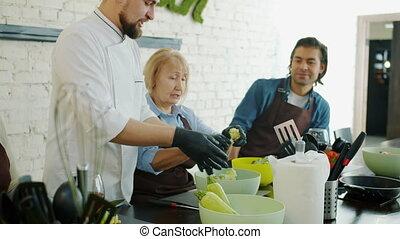 arc, étudiants, quoique, jeune, mâle, salade, chef cuistot, mélange, regarder, apprentissage, légumes, cuisine