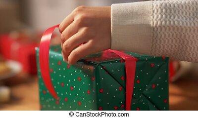 arc, emballage, noël, attachement, cadeau, mains