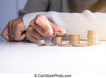 argent, haut, économie, fin, pièces, piles, mettre, table, main, concept