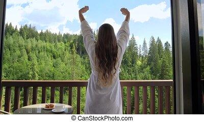 arrière, mains, vacances, beau, concept, réveiller, étirage, jeune, été, dehors, balcon, montagnes, vue, ou, terrace., femme, hôtel, tourisme