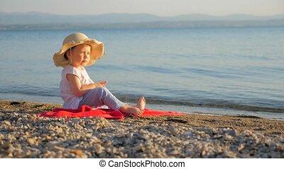arrière-plan., séance, seascape., regarder, touristes, girl, peu, vacances, côte, bébé, agence, eyes., concept., marine, enfance, voyage, places., été