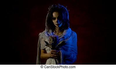 art, elle., mains, halloween, mort, fin, suivre, girl, robe, bras, fantôme, elle, habillé, face., jeune, créatif, regarder, maquillage, blanc rouge, mystique, debout, femme, sombre, en mouvement, fond, mariage, fleurs, fantôme, salle, attrayant, haut, appareil-photo., avoir