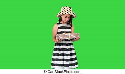 asiatique, boîte, vert, écran, offrande, cadeau, key., chroma, peu, appareil photo, girl