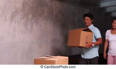 asiatique, déballage, couple, en mouvement, jeune