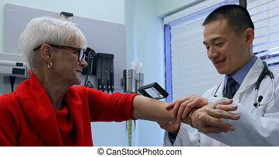asiatique, personne agee, magnifier, examiner, côté, clinique, vue, docteur, mâle, verre, patient, jeune