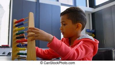 asiatique, résoudre, math, classe, abaque, école, côté, bureau, vue, problème, 4k, écolier