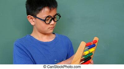 asiatique, résoudre, math, classe, abaque, école, vue, problème, 4k, écolier, devant