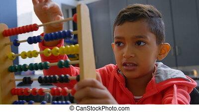 asiatique, résoudre, math, classe, abaque, bureau scolaire, vue, problème, 4k, écolier, devant
