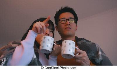 asiatique, regarder, movie., couple, affection, amour, concept, thé chaud, jeune, boire