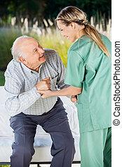 asseoir, divan, portion, femme, infirmière, homme aîné