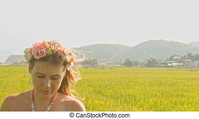 assied, guirlande, rose, bas, promenades, girl, herbe, odeurs, européen