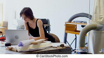 atelier, ordinateur portable, bureau, charpentier, utilisation, 4k