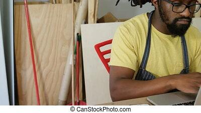 atelier, ordinateur portable, charpentier, utilisation, 4k