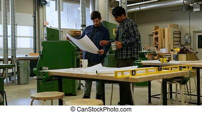 atelier, sur, plan, charpentiers, discuter, 4k