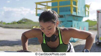athlétique, femme, parc, sauter