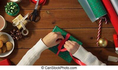 attachement, emballage, arc, mains, cadeau, noël