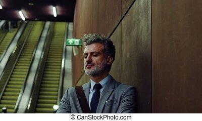 attente homme affaires, mûrir, métro, station.