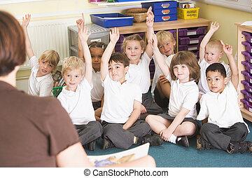 augmentation, primaire, main, leur, écoliers, classe
