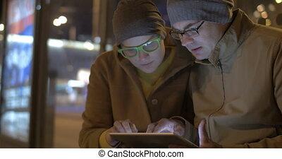 autobus, attente, touristes, pc tablette