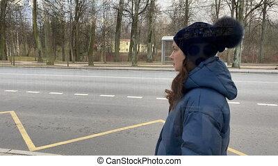 autobus, veste, vide, saint, petersburg, arrêt, pavlovsk, hiver, debout, femme