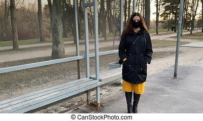 autobus, vide, pendant, covid-19, arrêt, masque, monde médical, trottoir, visage femme