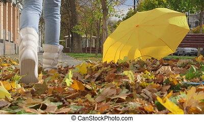 automne, marche, trottoir, gens