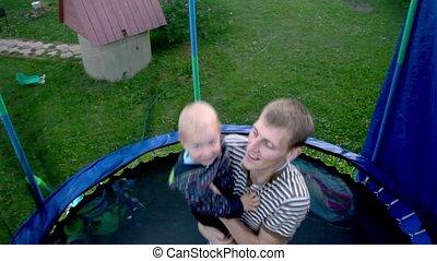 autour de, sauts, trampoline, jeune enfant, filet, prise, homme