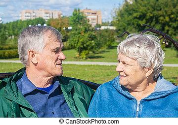 autre, chaque, personnes âgées accouplent, heureux, regard