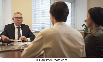 avant, couple, avocat, propriété, multi ethnique, signing., hypothèque, vrai, consultation, agence, contrat
