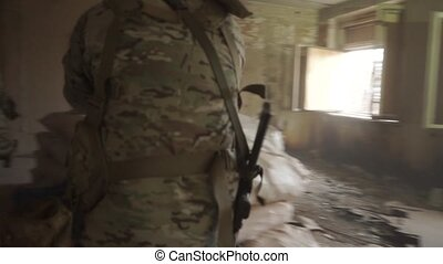 bâtiment, avance, tranquillement, hostile, ruiné, soldats, armé