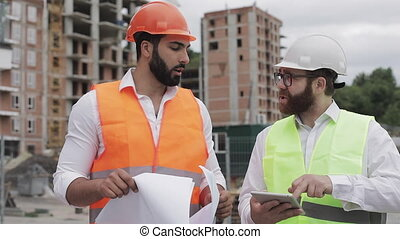 bâtiment, center., tablette, business, résidentiel, construction, hommes, ou, métier, complexe, analyser, équipe, activity., ingénieurs, constructeurs, dessin, plans