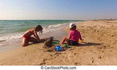 bâtiment, deux, château sable, plage, enfants