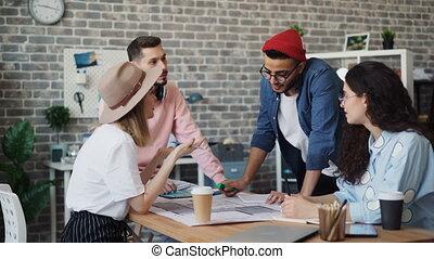 bâtiment, groupe, regarder, experts, plan, collègues, conception intérieur, discuter