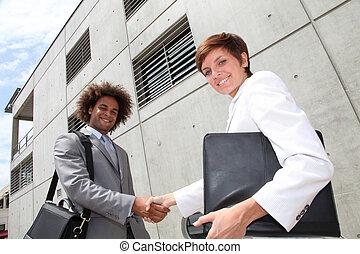 bâtiment, vendeurs, bureau, mains, devant, secousse