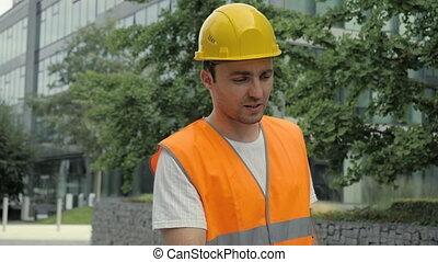 bâtiments, sécurité, dur, industriel, appareil-photo., moderne, conversation, ingénieur, veste, chapeau, mâle, long, marche