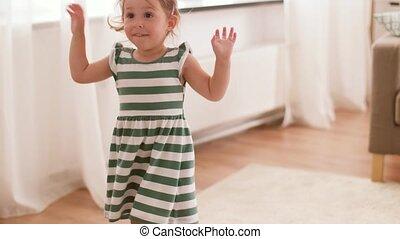 bébé, amusement, maison, girl, avoir, heureux