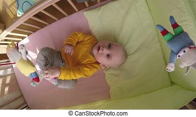 bébé, curieux, carrousel
