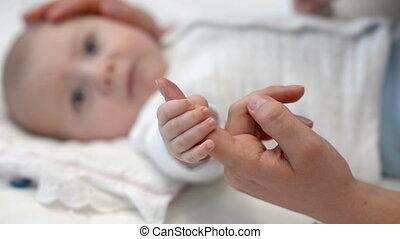 bébé, doigt, tenue, mère