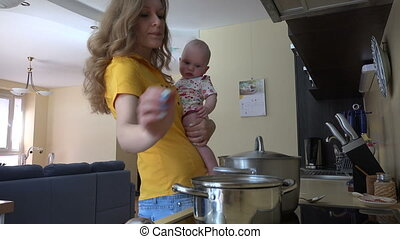 bébé, femme, prise, cuisine