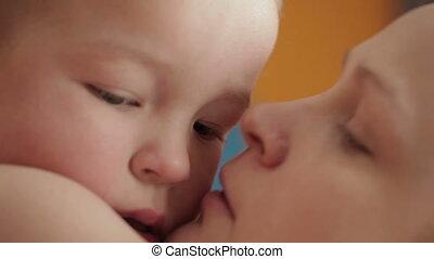 bébé, hugging., rire, baisers, mère