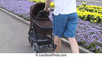 bébé, leur, marche, poussette, homme